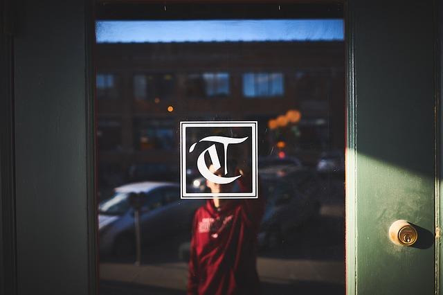 kluk za skleněnými dveřmi