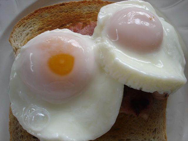 Vajcia s toastom, raňajky.jpg