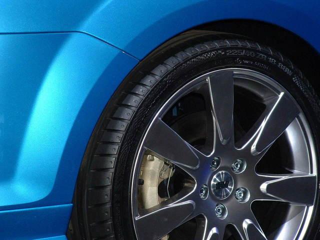 Modré auto – detail na hliníkový strieborný disk