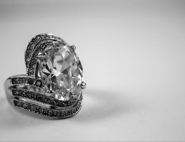 Strieborný prsteň s veľkým kameňom na bielom pozadí