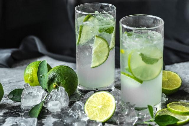 dva poháre s vodou s ľadom a limetkou