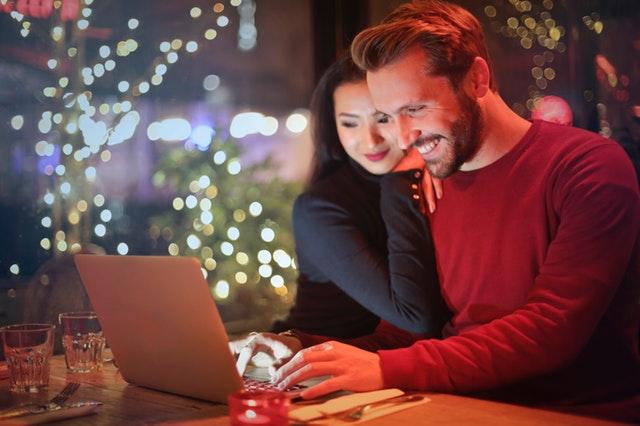 Muž a žena sediaci za počítačom.jpg