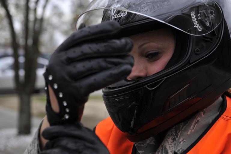 Žena s moto prilbou na hlave.jpg