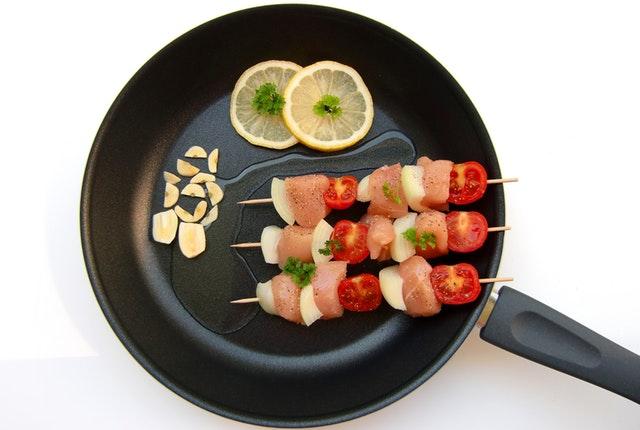 Mäso so zeleninou na drevenej špajle na panvici.jpg