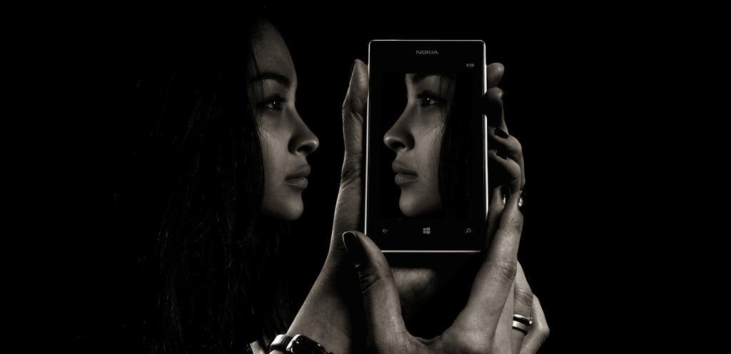 Smutná žena sa pozerá do telefónu.jpg
