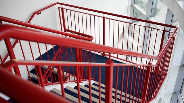 červené zábradlie na schodoch.jpg